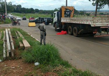 Motociclista morre após bater em caminhão no Setor Grajaú em Goiânia