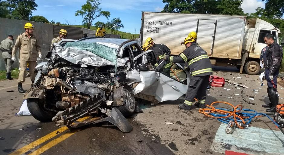 Acidente entre carro e caminhão deixa três pessoas mortas na GO-222 em Anápolis