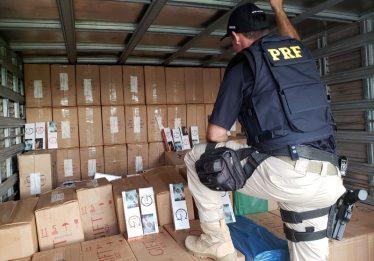 PRF apreende carga de cigarros avaliada em R$ 2 milhões, em Anápolis