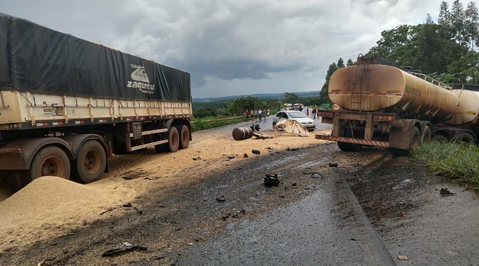 Colisão entre dois caminhões deixa motorista morto na BR-452, em Itumbiara