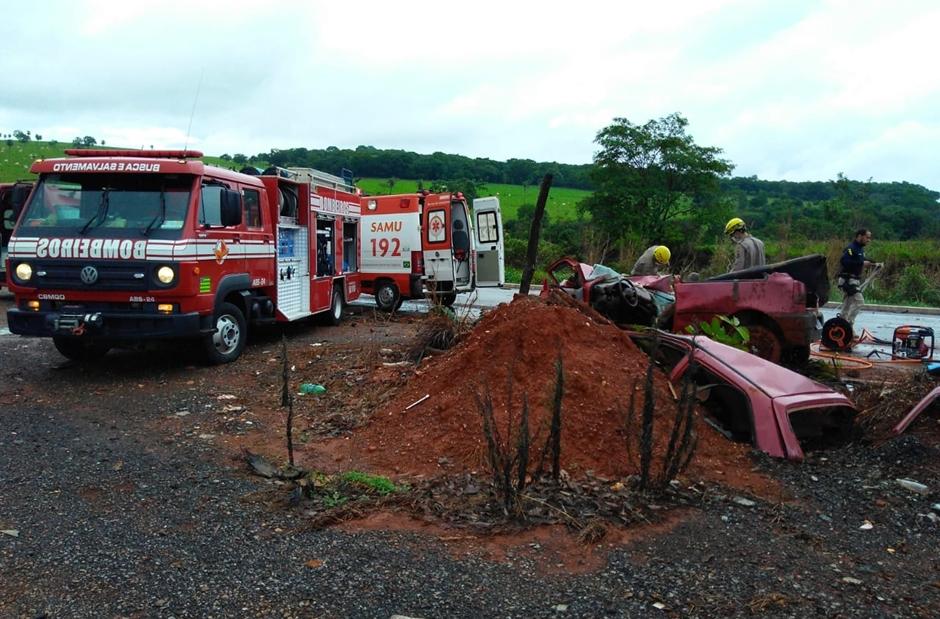 Acidente entre carro e caminhão deixa uma mulher morta e outras três feridas na BR-080, em Uruaçu
