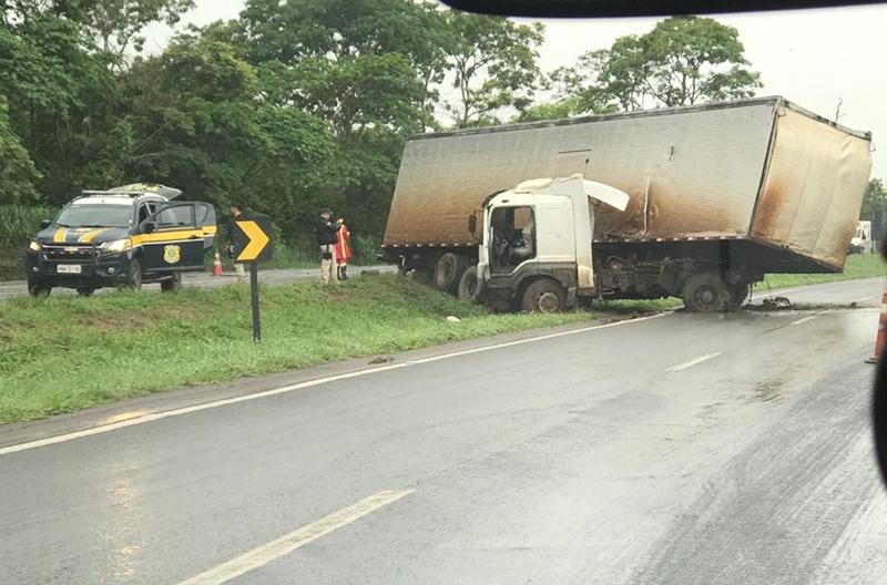 Caminhão provoca derramamento de combustível na BR-060, próximo a Anápolis