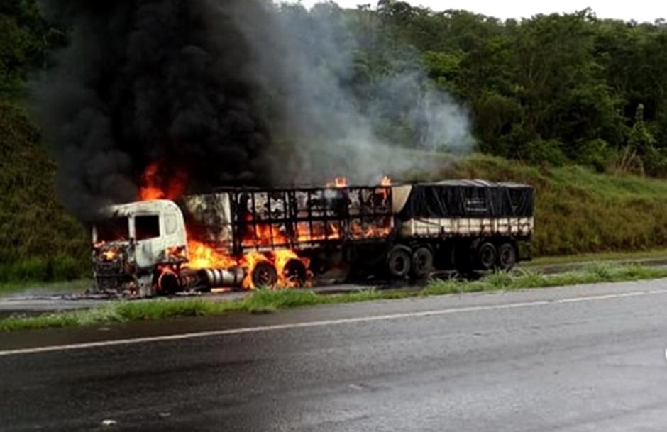 Caminhão pega fogo na BR-060, entre Goiânia e Anápolis