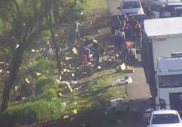 Câmeras flagram motoristas e passageiros saqueando carga de caminhão na BR-050