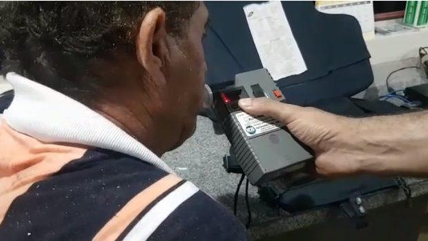 Caminhoneiro embriagado é preso após tombar carreta, em Rio Verde