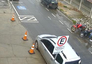 Câmeras de segurança flagram furto de motocicleta na Cidade Jardim, em Goiânia