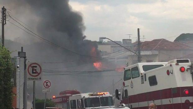 Avião de pequeno porte cai na Zona Norte de SP e causa duas mortes e 12 feridos