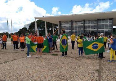 Manifestantes em Brasília protestam contra reajuste para o STF
