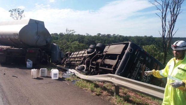 Ônibus da cantora Yasmin Santos colide contra carreta de combustíveis na BR-040, em Cristalina