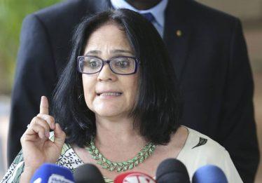 """Ministra Damares Alves sugere que pais de meninas """"fujam do Brasil"""""""