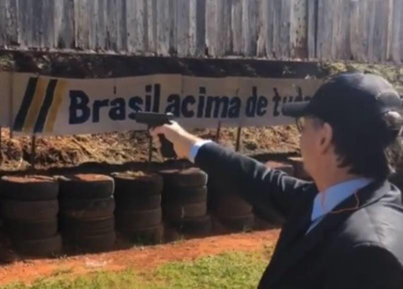 Mesmo com bolsa de colostomia, Bolsonaro faz flexões e pratica tiro