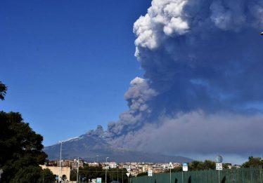 Vulcão Etna entra em erupção na Itália e provoca o fechamento de aeroporto