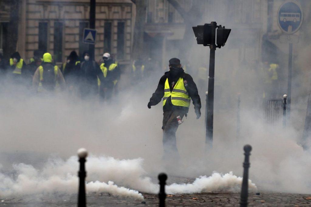 Após destruição, tensão ameniza em novo protesto dos 'coletes amarelos'