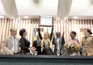 Joelma recebe homenagem e dá show em solenidade na Assembleia Legislativa