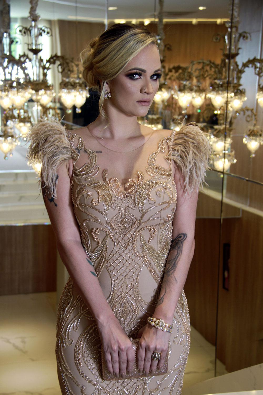 O vestido é nude e precioso, totalmente bordado @patríciabonaldiateliê. Modelo Kandice Veiga Jardim (Foto: Marcos Zapp)