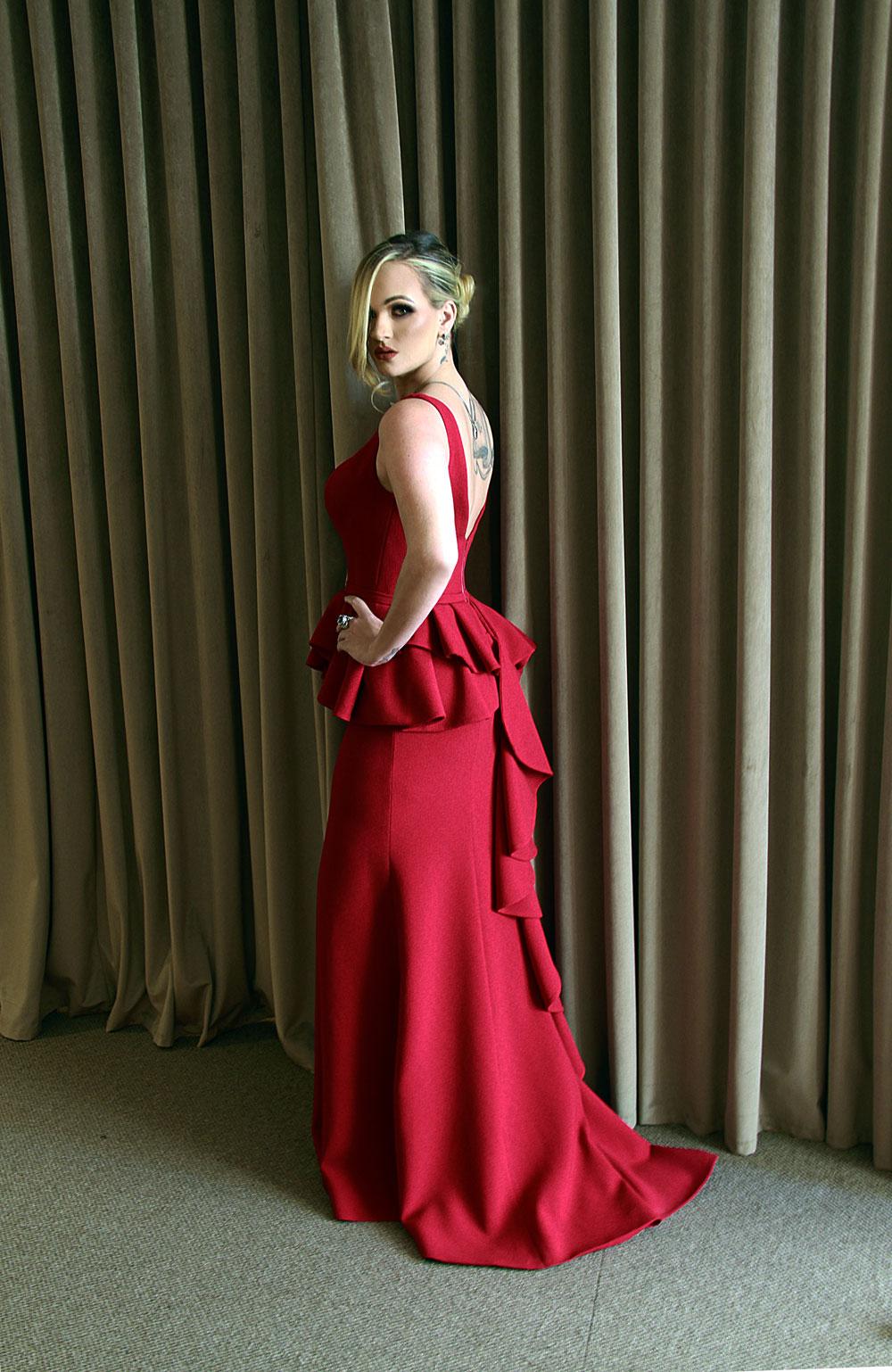 Esse vestido vermelho luxuoso paixão é de @sandrobarros, acessórios de @claudiaarbex para @ivanamenezesstore. Modelo Kandice Veiga Jardim (Foto: Marcos Zapp)