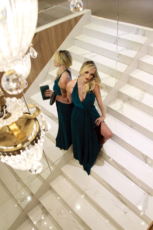 O verde lurex favorece a pele com a Clutch do mesmo tom de @donnabrasil para @ivanamenezesstore. Modelo Kandice Veiga Jardim (Foto: Marcos Zapp)