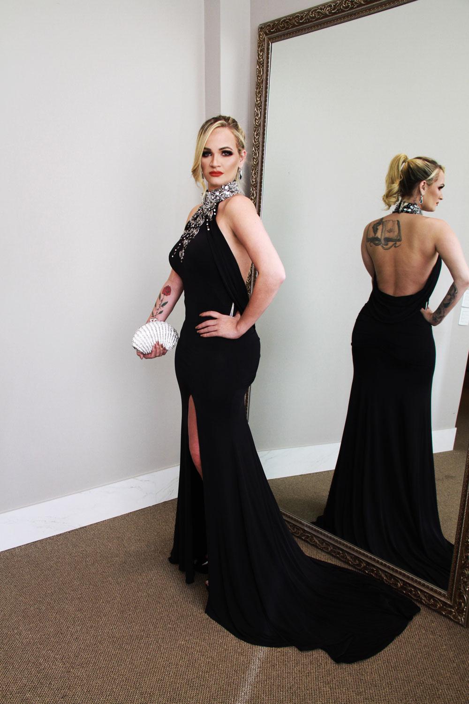 O vestido preto é fabuloso por isso @fabulousagilita com Clutch da @donnabrasil para @ivanamenezesstore. Modelo Kandice Veiga Jardim (Foto: Marcos Zapp)