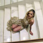 O look dourado de lantejoulas é de @sherrihill para @ivanamenezesstore. Modelo: Kandice Veiga Jardim (Foto: Marcos Zapp)