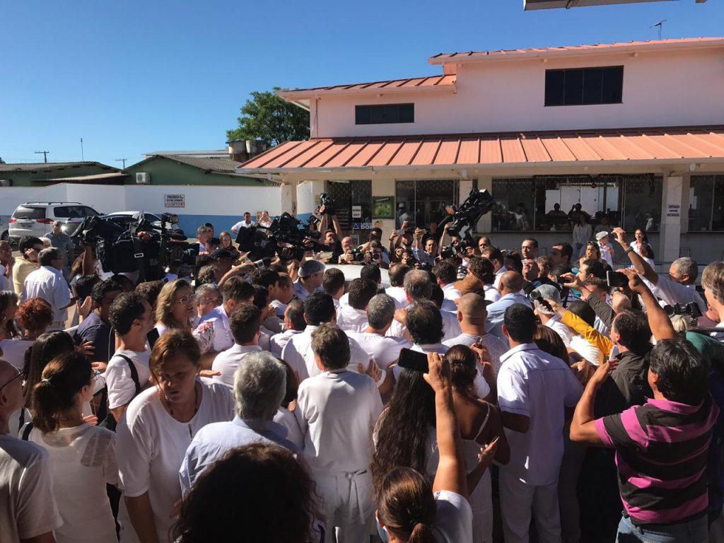 Sob confusão, João de Deus chega para atendimento na Casa Dom Inacio de Loyola