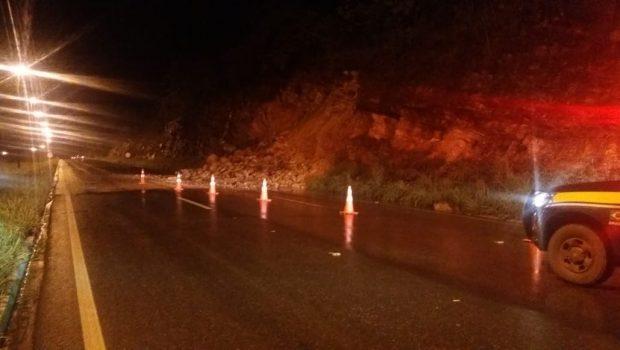 Deslizamento de terra causa interdição parcial da BR-070, em Águas Lindas de Goiás