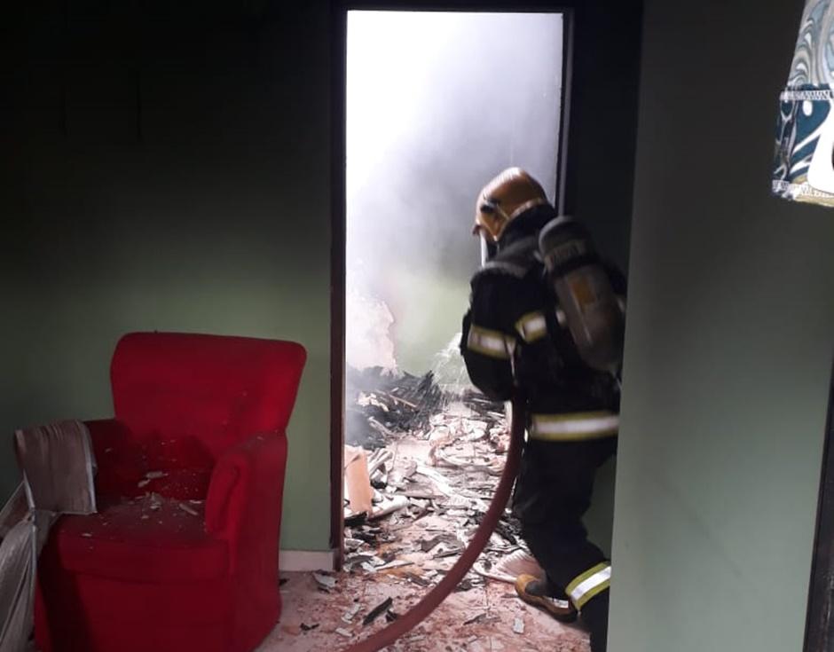 Amarrado, casal fica gravemente ferido após incêndio em residência de Águas Lindas (GO)