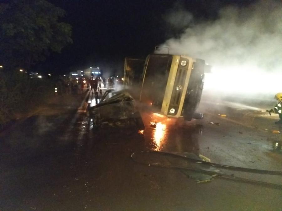 Acidente entre caminhão e carro deixa uma pessoa morta na BR-153, em Uruaçu