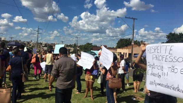 Servidores da educação protestam contra mudanças na rede de ensino, em Aparecida de Goiânia