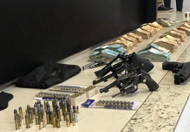 PC encontra armas e dinheiro dentro de fundo falso de guarda roupas na casa de João de Deus