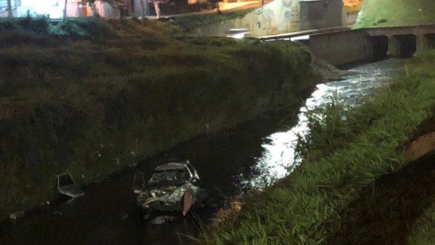 Veículo cai dentro de córrego na Marginal Botafogo e deixa cinco feridos
