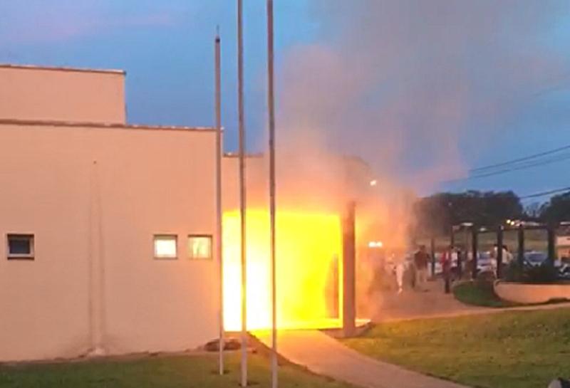 Carrinho de pipoca provoca princípio de incêndio em faculdade de Catalão