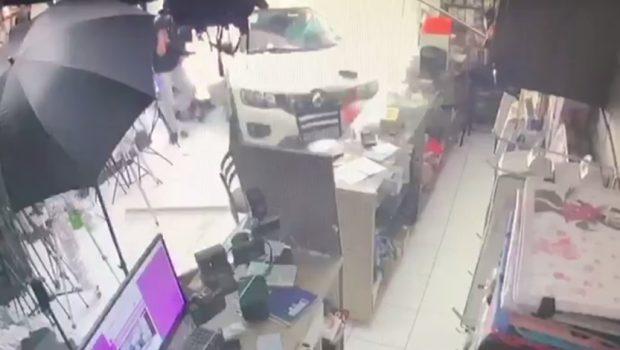Cliente invade loja com carro após discutir com o dono sobre dívida, em Goiânia