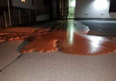 Vazamento em fábrica derrama chocolate em rua na Alemanha