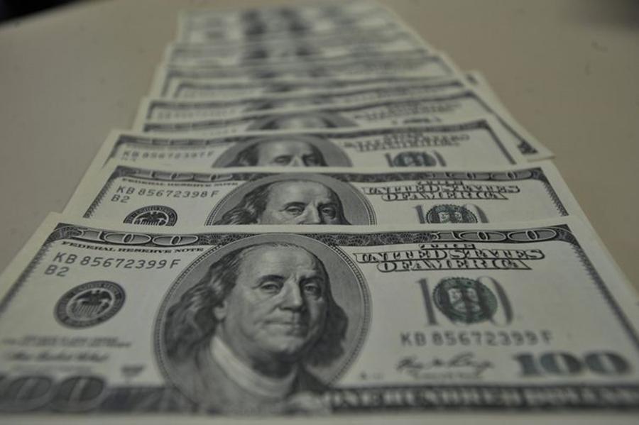 Dólar vai a R$ 4,10, com preocupações com cenário político interno e guerra comercial; Bolsa sobe