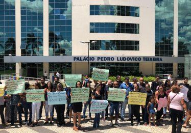 Professores e alunos da Rede Itego protestam em frente ao Centro Administrativo, em Goiânia