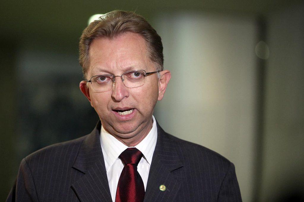 Candidato à presidência da Câmara, João Campos elogia escolha de Damares