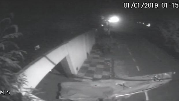 Ladrão é filmado usando canoa para transportar objetos furtados em Anápolis