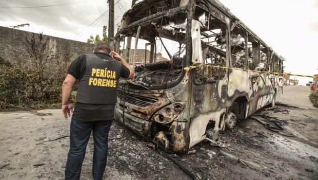 Em nova noite de ataques, bandidos incendeiam ônibus e posto no Ceará