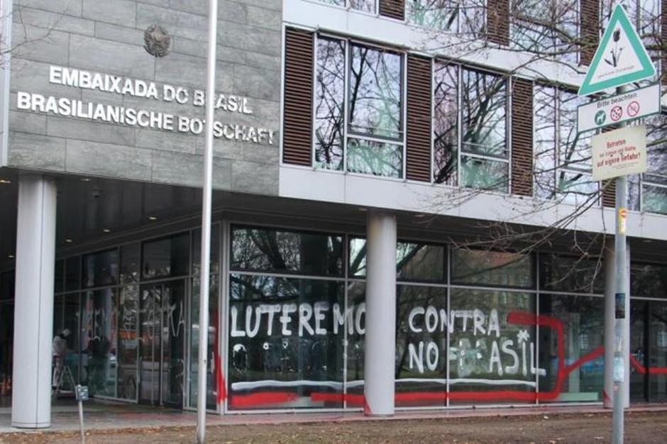 Embaixada brasileira em Berlim é vandalizada