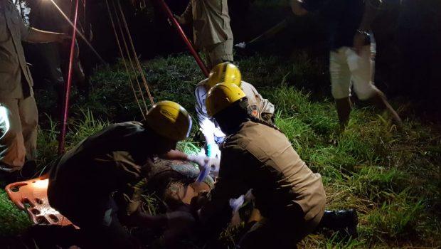 Mulher cai em cisterna e é resgatada pelo Corpo de Bombeiros, em Aparecida de Goiânia