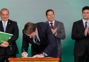 Bolsonaro assina decreto que facilita posse de arma de fogo