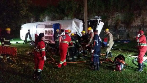 Dois morrem e 41 ficam feridos em acidente com ônibus clandestino em Goiânia