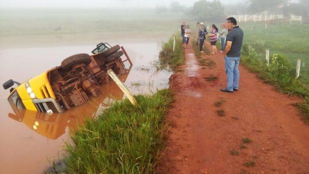 Em São Patrício, ônibus escolar transportando 10 crianças cai em represa