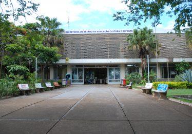 Governo fecha escolas, remaneja estudantes e demite funcionários, em Goiás