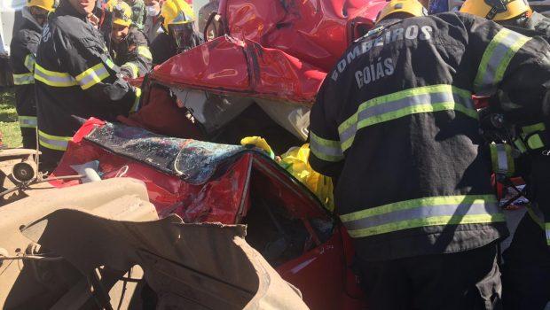 Engavetamento entre quatro veículos deixa duas pessoas feridas na Perimetral Norte, em Goiânia