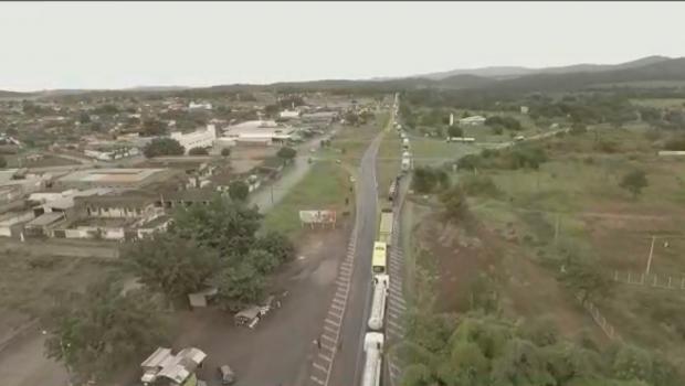 Caminhoneiros realizam manifestação na BR 153 em Jaraguá, nesta sexta-feira (11)
