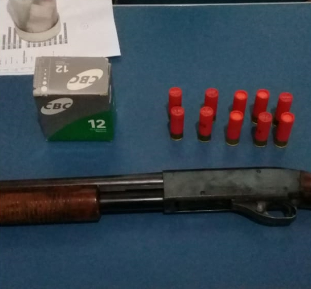 Arma e munições apreendidos pela PM (Foto: Reprodução/Whatsapp)