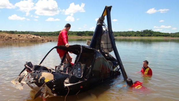 Bombeiros retiram helicóptero que caiu no Lago Corumbá, em Caldas Novas