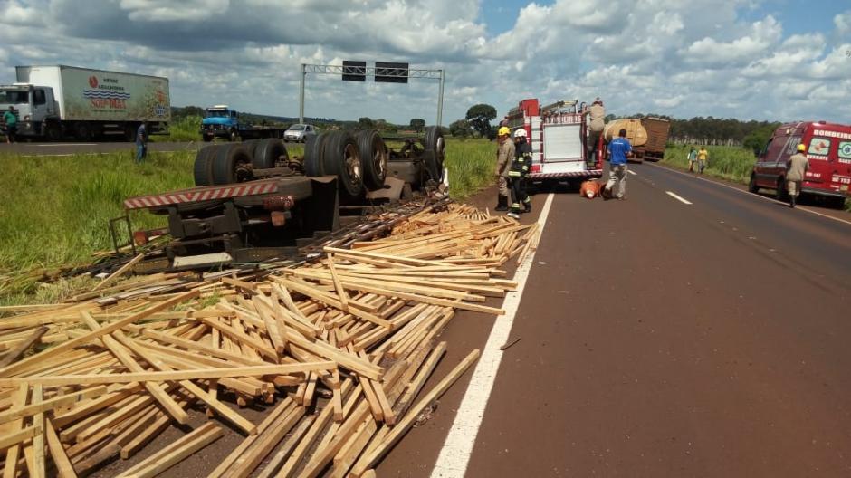 Motorista morre após tombar caminhão carregado com madeira na BR-060, em Santo Antônio da Barra