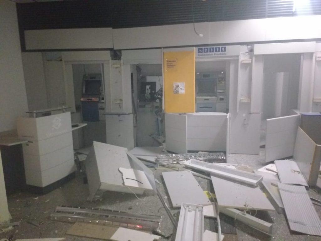 Bandidos explodem caixas eletrônicos em Goiânia e Nova Crixás